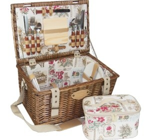 Romantischer Picknickkorb mit Rosen